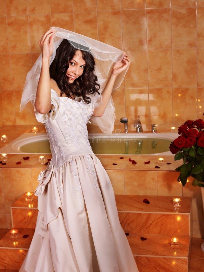 Mujer en la alineada de boda que se relaja en baño. fotografía de archivo libre de regalías