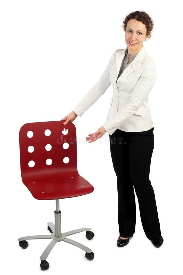 Mujer en la alineada del asunto que se coloca cerca de la butaca roja imagen de archivo libre de regalías