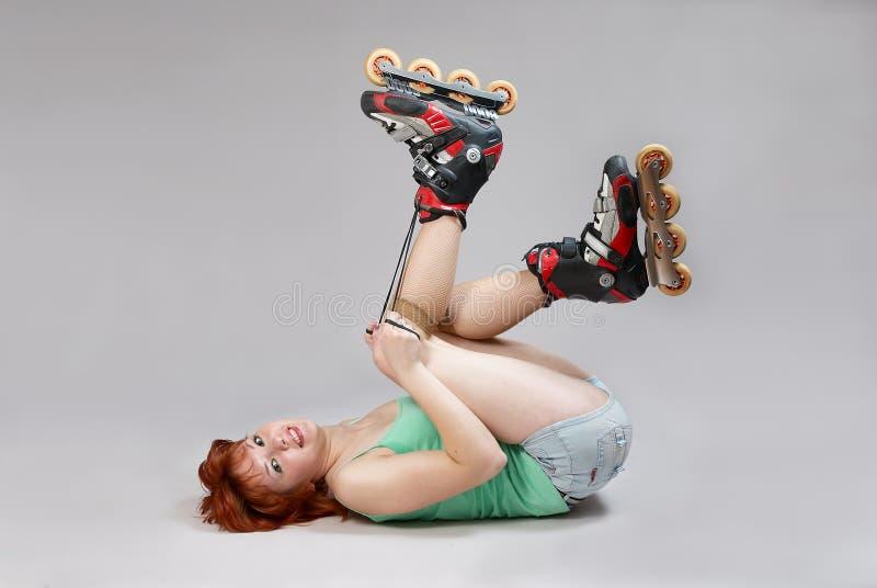 Mujer en la atadura de los rodillo-patines. imagen de archivo