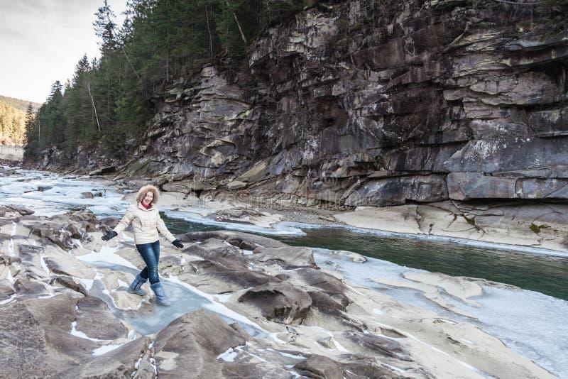 Mujer en la batería de río fotografía de archivo libre de regalías