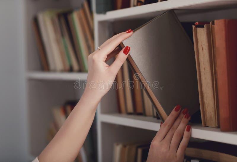 Mujer en la biblioteca fotos de archivo libres de regalías
