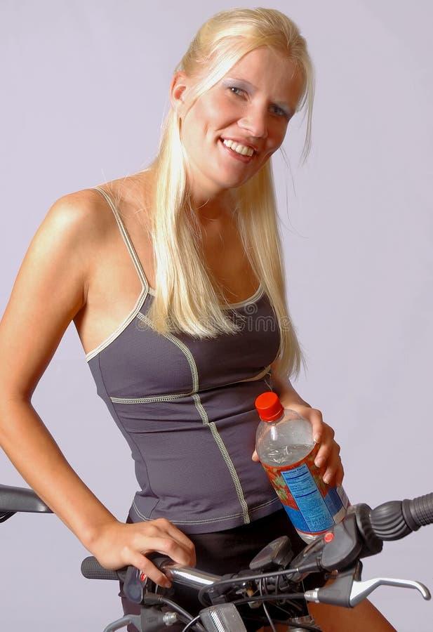 Mujer en la bici imagenes de archivo