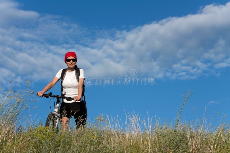 Mujer En La Bicicleta Foto de archivo libre de regalías