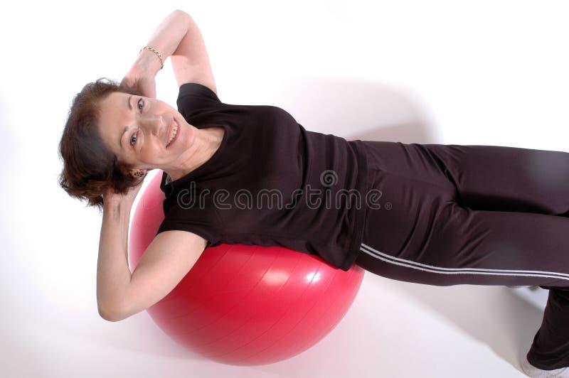 Mujer en la bola 917 de la aptitud foto de archivo libre de regalías