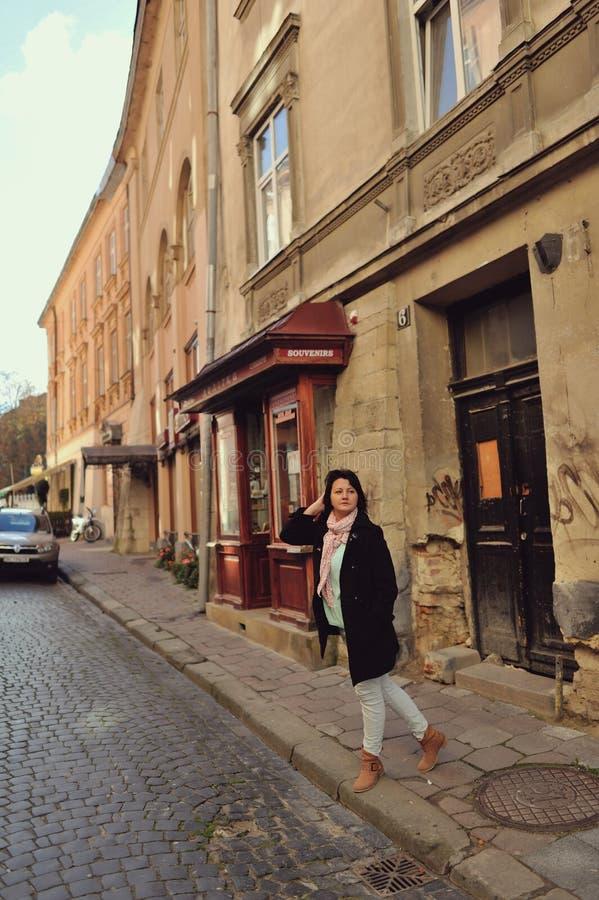 Mujer en la calle fotografía de archivo