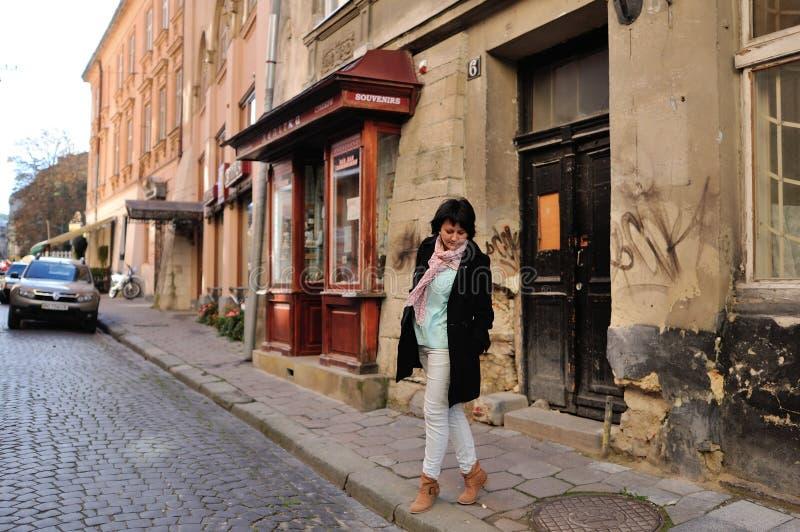 Mujer en la calle foto de archivo