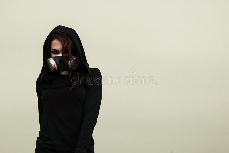 Mujer en la careta antigás foto de archivo