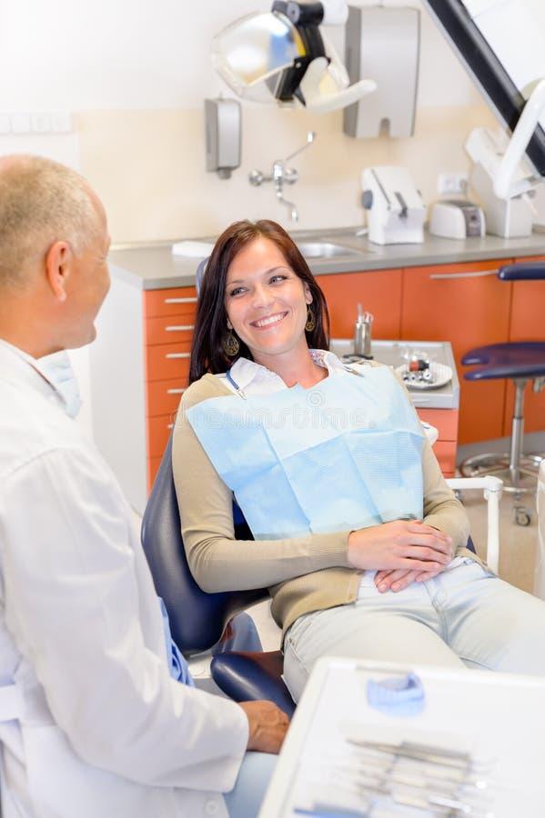 Mujer en la cirugía del dentista imagen de archivo