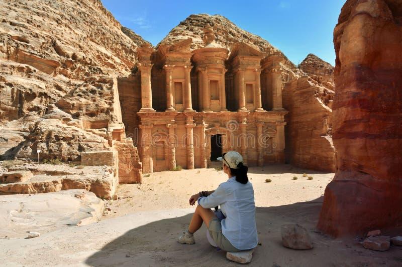 Mujer en la ciudad vieja Petra Jordan foto de archivo