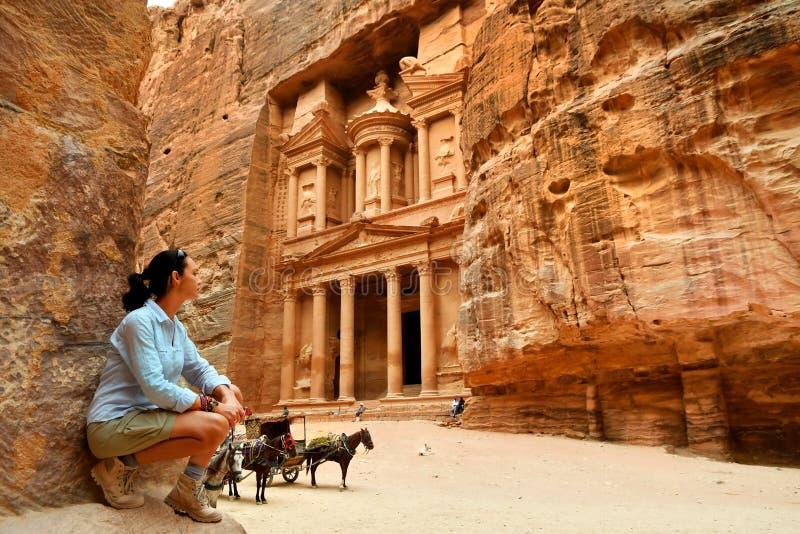 Mujer en la ciudad vieja Petra Jordan fotografía de archivo libre de regalías