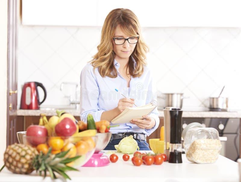 Mujer en la cocina fotografía de archivo