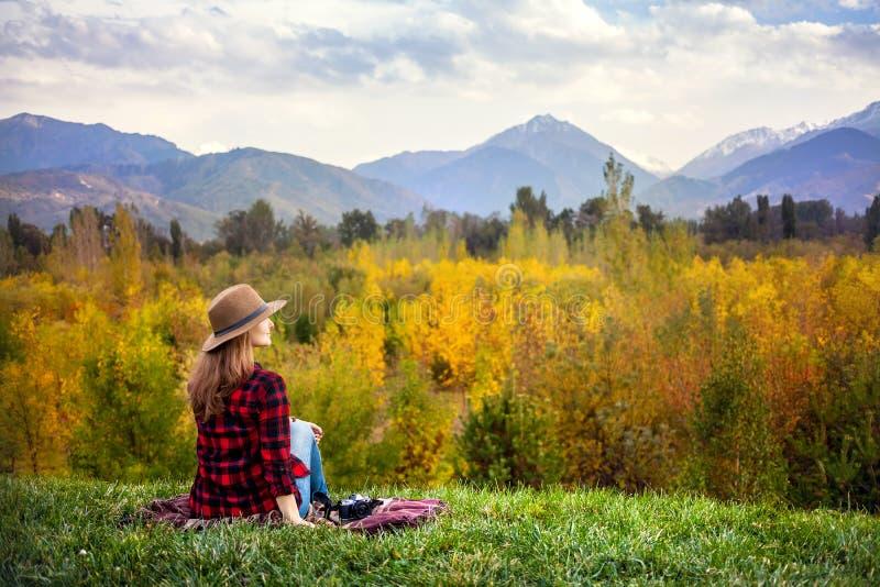 Mujer en la comida campestre del otoño imagen de archivo