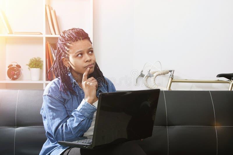 Mujer en la computadora portátil fotografía de archivo libre de regalías