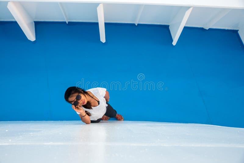 Mujer en la cubierta del transbordador que mira para arriba imágenes de archivo libres de regalías