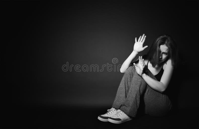 Mujer en la depresión y la desesperación que llora en oscuridad negra imagenes de archivo