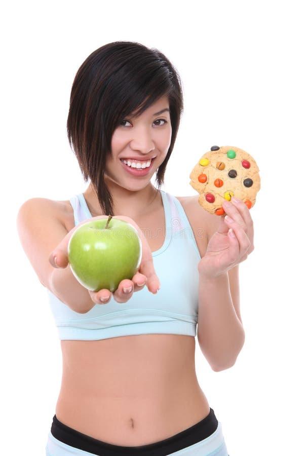 Mujer en la dieta que toma la decisión fotografía de archivo