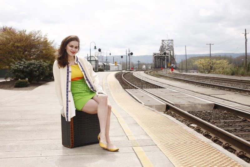 Mujer en la estación de tren imagenes de archivo
