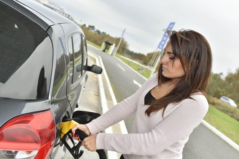 Mujer en la gasolinera fotos de archivo