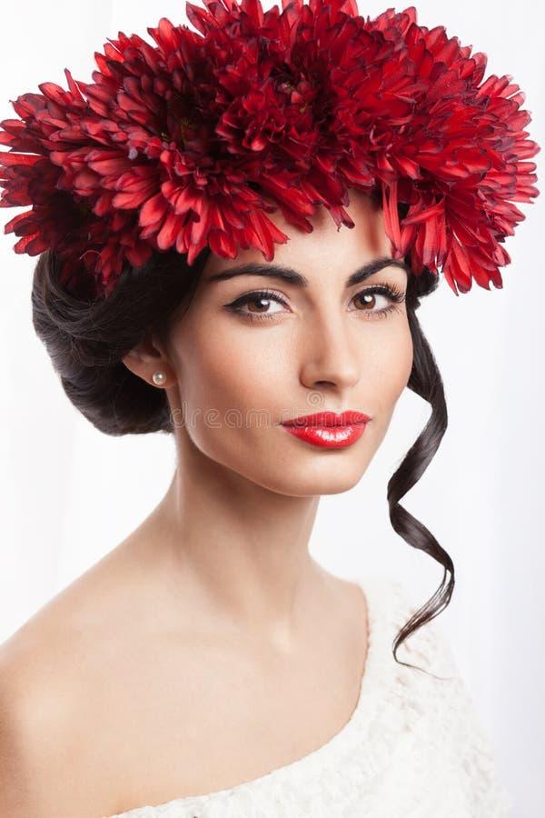 Mujer en la guirnalda de flores rojas fotos de archivo libres de regalías