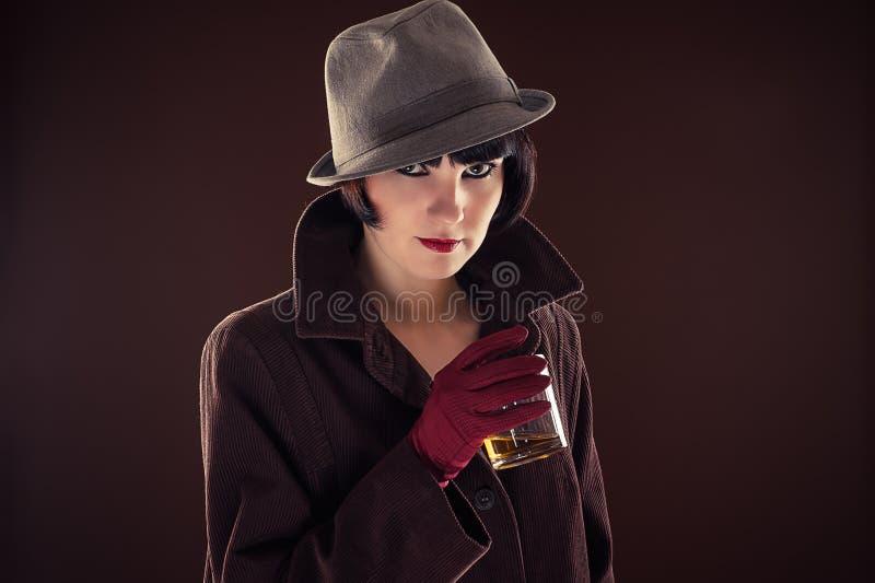 Mujer en la imagen del detective fotografía de archivo