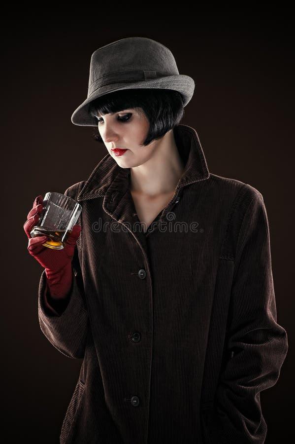Mujer en la imagen del detective foto de archivo