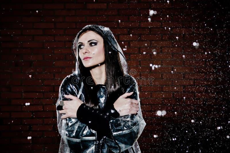 Mujer en la lluvia fotografía de archivo