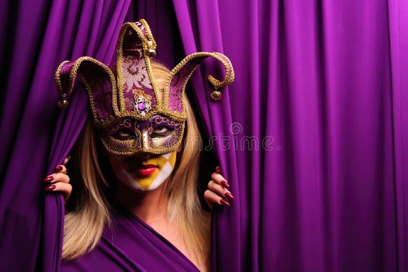 Mujer en la máscara violeta imagen de archivo libre de regalías