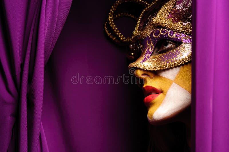 Mujer en la máscara violeta imagen de archivo