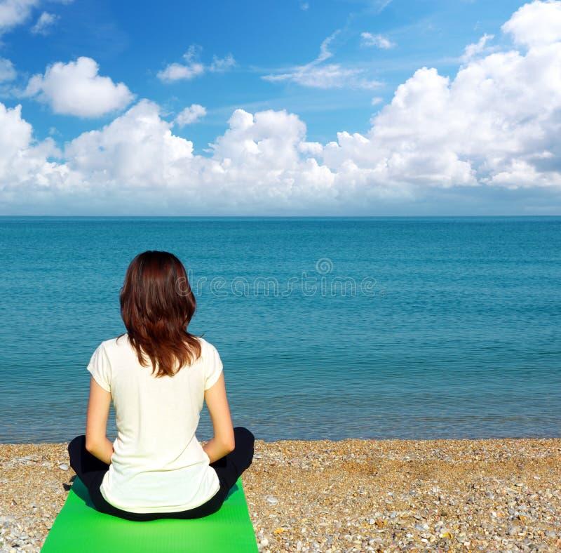 Mujer en la meditación imagenes de archivo