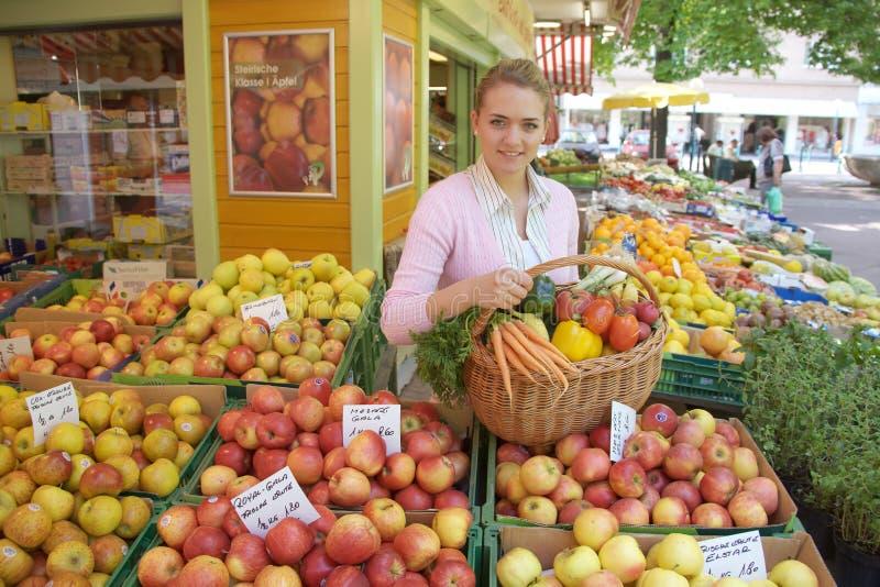 Mujer en la mercado de la fruta imágenes de archivo libres de regalías