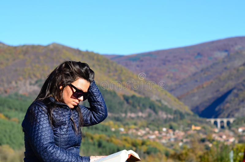 Mujer en la montaña imagen de archivo