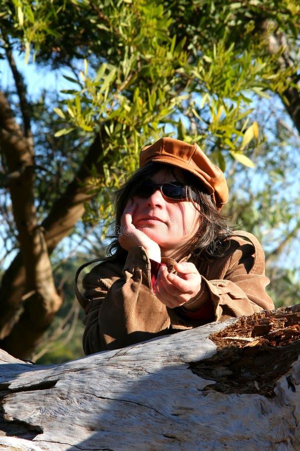 Mujer en la naturaleza foto de archivo