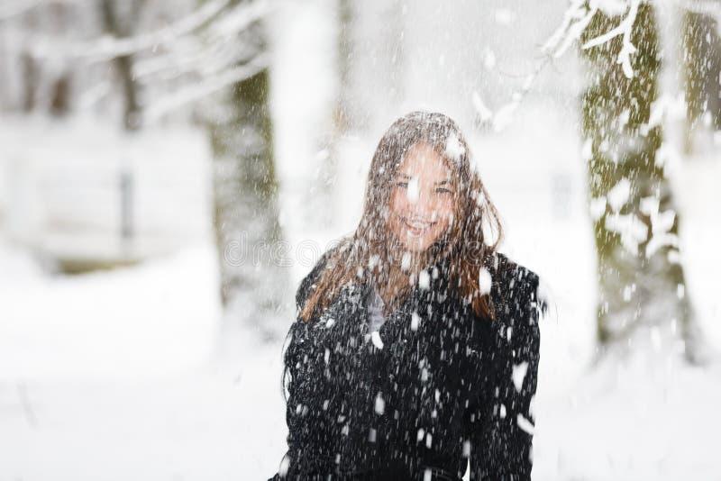 Mujer en la nieve fotos de archivo libres de regalías