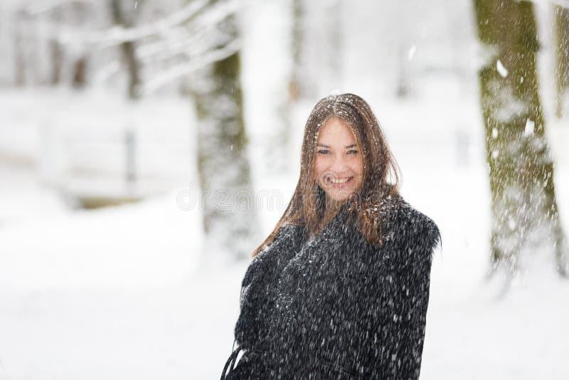 Mujer en la nieve foto de archivo libre de regalías