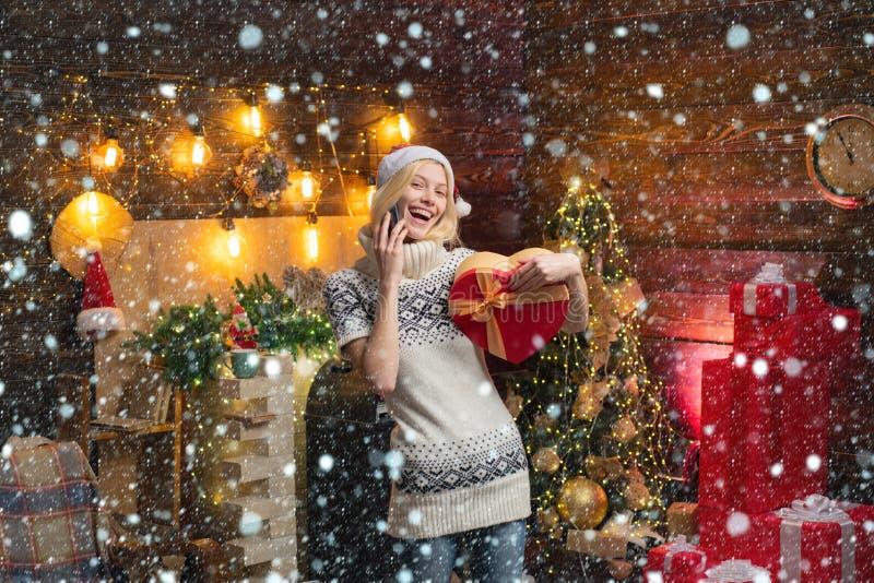 Mujer en la nieve Chicas ropas de invierno santa clausura que celebran Navidad y feliz año nuevo La Navidad se acerca Hogar imagen de archivo libre de regalías