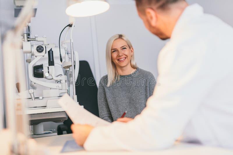 Mujer en la oficina del óptico, teniendo una cita fotos de archivo libres de regalías