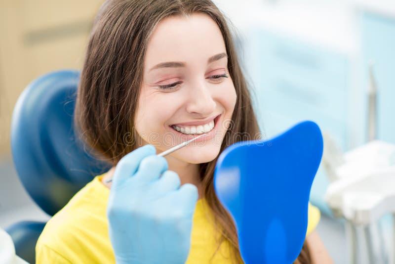 Mujer en la oficina dental fotos de archivo