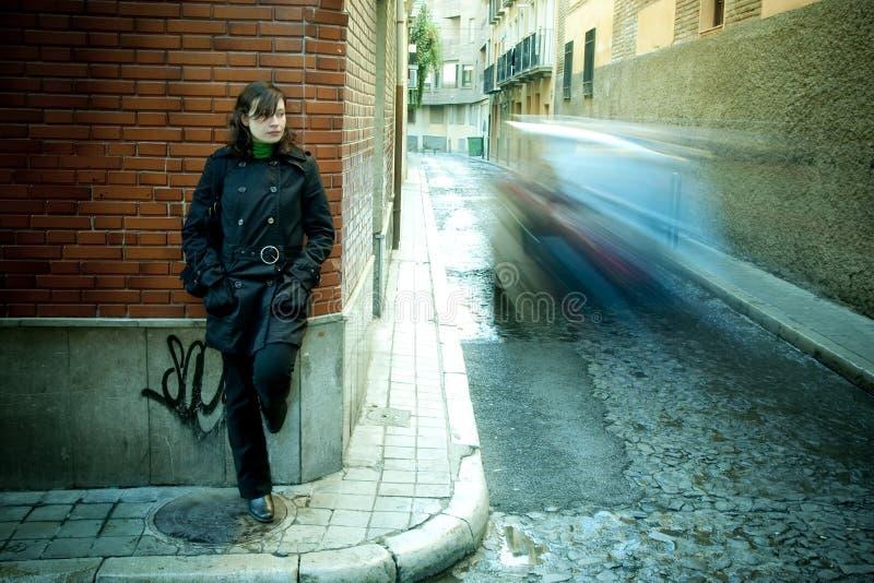 Mujer en la pared foto de archivo libre de regalías