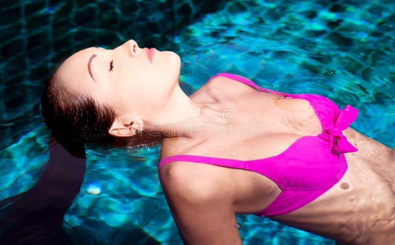 Mujer en la piscina imagen de archivo libre de regalías