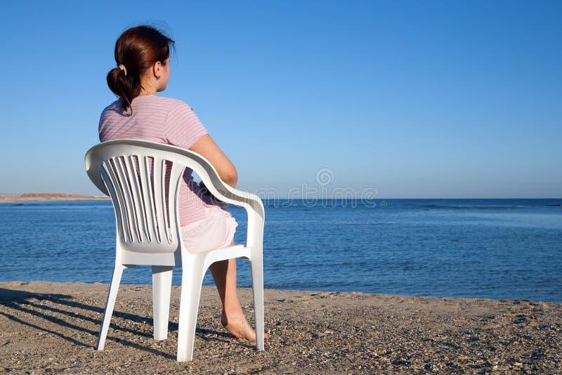 Mujer en la playa imágenes de archivo libres de regalías