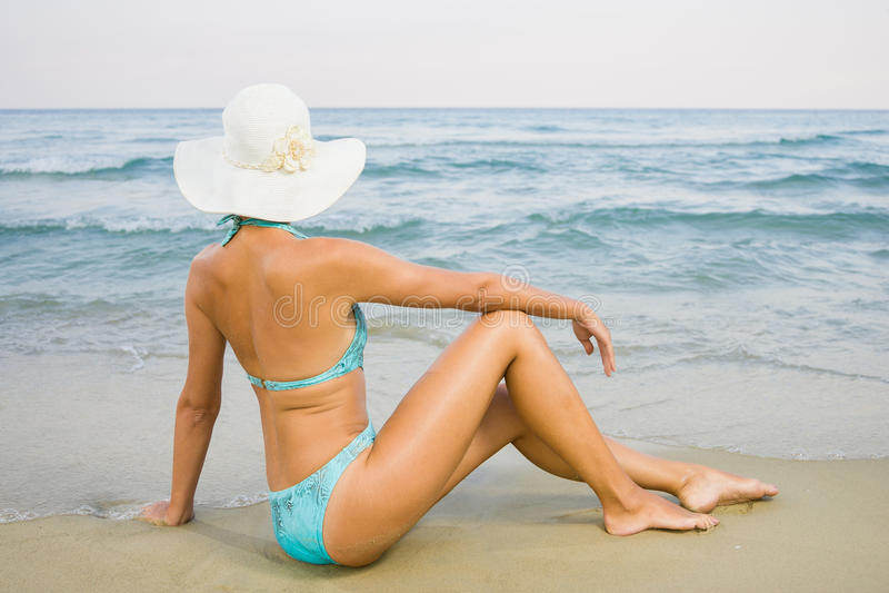 Mujer en la playa imagenes de archivo