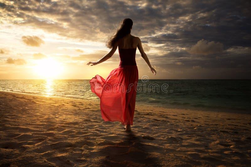 Mujer en la playa fotografía de archivo