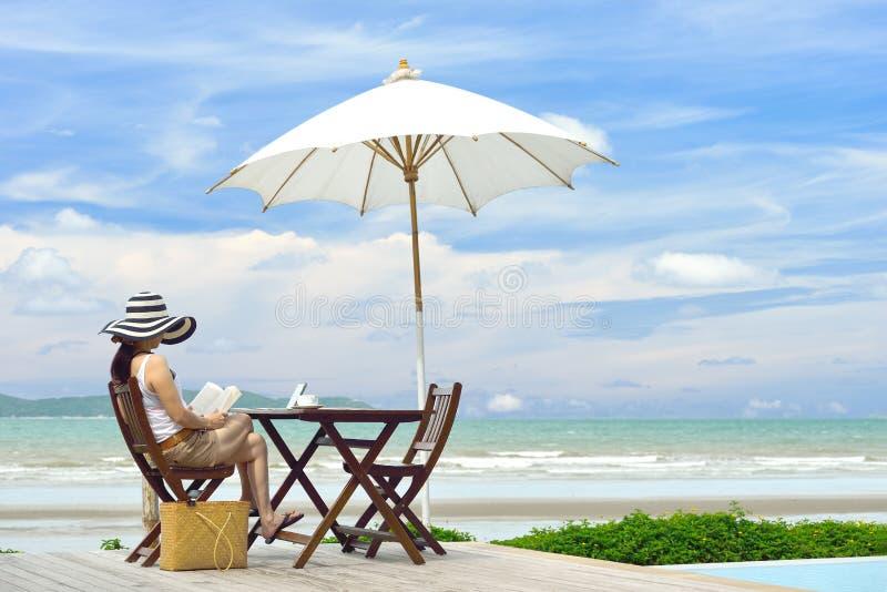 Mujer en la playa foto de archivo libre de regalías