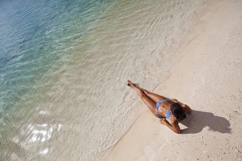 Mujer en la playa blanca de la arena fotos de archivo