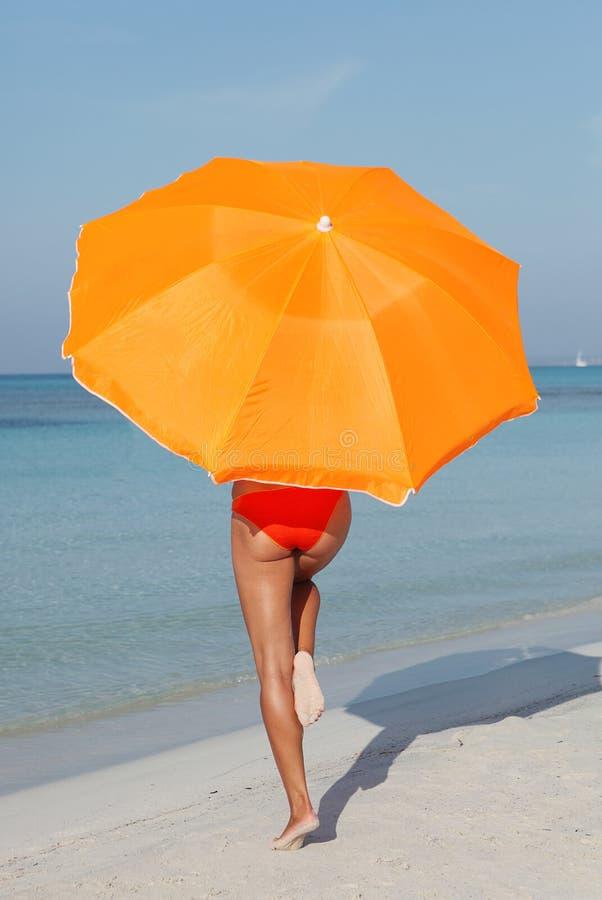 Mujer en la playa con la protección fotos de archivo libres de regalías