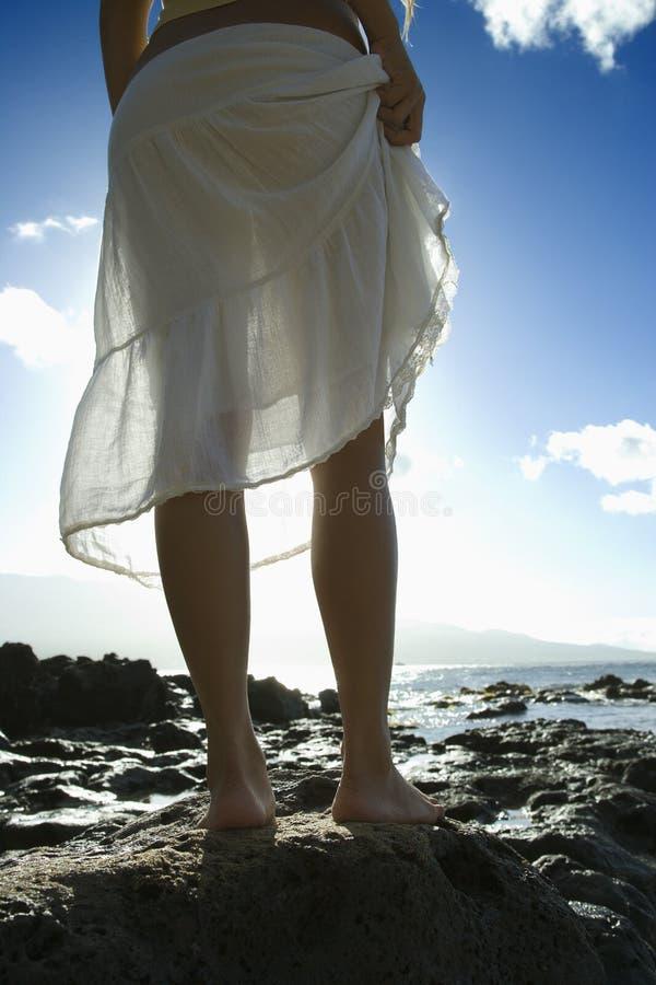 Mujer en la playa de Maui fotografía de archivo