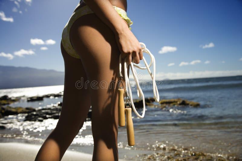 Mujer en la playa de Maui fotos de archivo