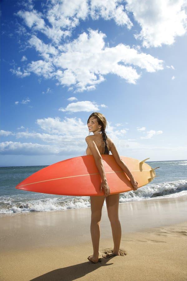 Mujer en la playa de Maui. foto de archivo libre de regalías