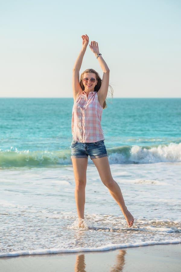 Mujer en la playa del verano imagen de archivo libre de regalías