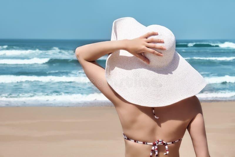 Mujer en la playa idealista del paraíso fotos de archivo